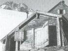 Die alte Hütte – heutige Winterhütte – am heutigen Standort. Im Hintergrund sieht man einen Teil der Steinhütte von 1924.